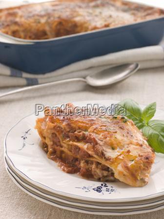 portion lasagne mit basilikum