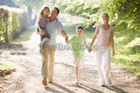 familie walking im freien mit haenden