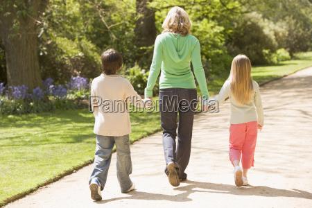 mutter und zwei junge kinder die