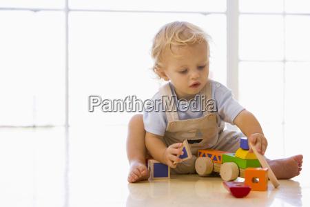 baby drinnen spielen mit spielzeug lkw
