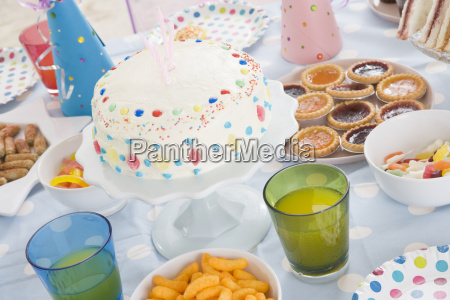 geburtstags party tabelle mit lebensmitteln