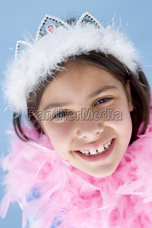 junge maedchen tragen krone und federboa