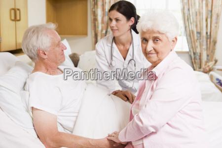 arzt im gespraech mit senior couple