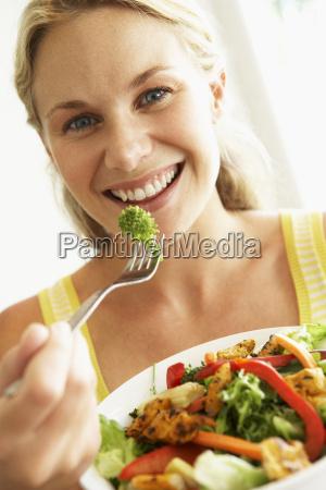 mittlere erwachsene frau einen gesunden salat