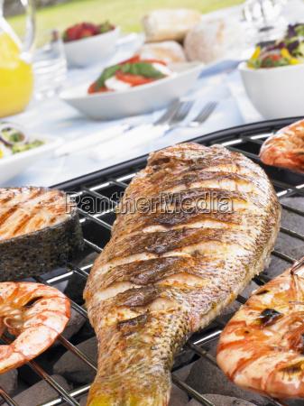 fisch und garnelen kochen auf dem