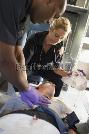 sanitaeter durchfuehrung cpr am patienten im