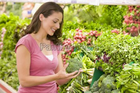fraueneinkaufen fuer brokkoli in ein lebensmittelgeschaeft