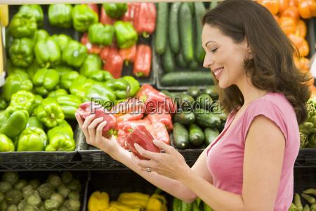 frau beim einkaufen fuer paprika bei