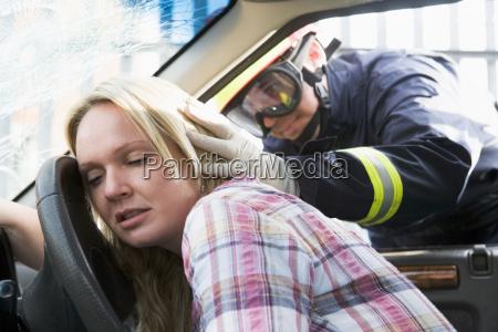 fireman helfen eine frau nachdem sie