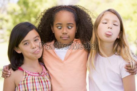 drei junge freunde die draussen die