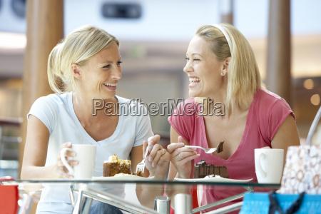 weibliche freunde mittagessen gemeinsam auf der