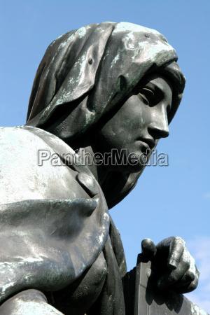 bronzefigur am maxmonument muenchen 2