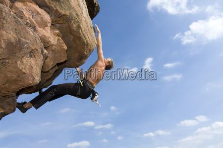 kletterer im extremen fels