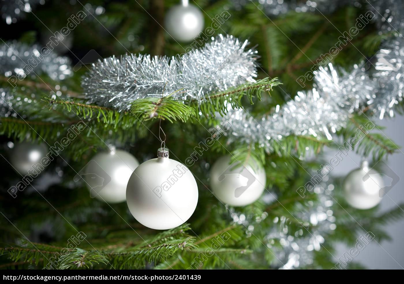 Warum Wird Der Weihnachtsbaum Geschmückt.Lizenzfreies Bild 2401439 Silber Geschmückten Weihnachtsbaum Mit Kugeln Und Ketten
