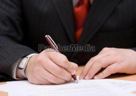 geschaeftsmann unterzeichnung der vereinbarung