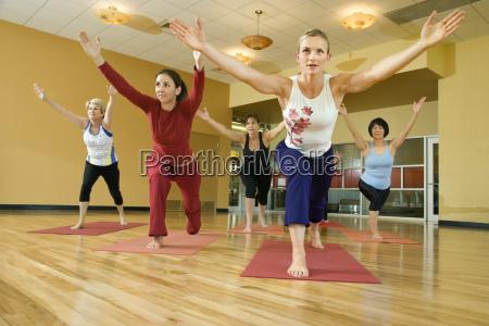 frauen im yoga unterricht