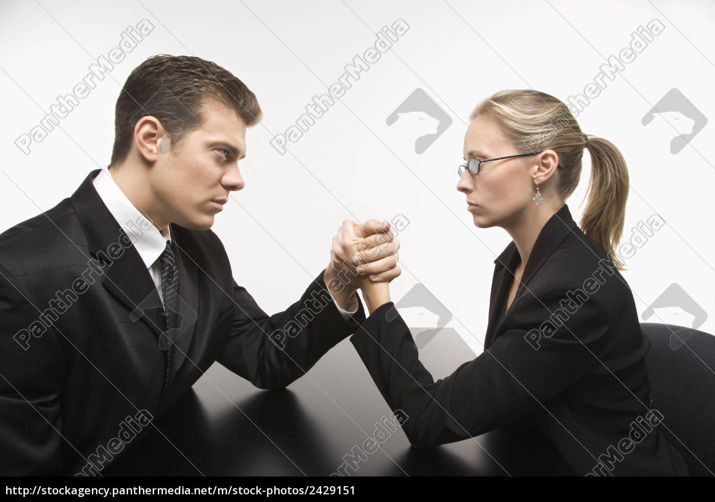 Armdrücken frau gegen frau