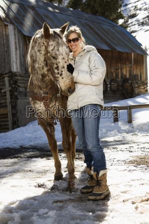 frau petting pferd