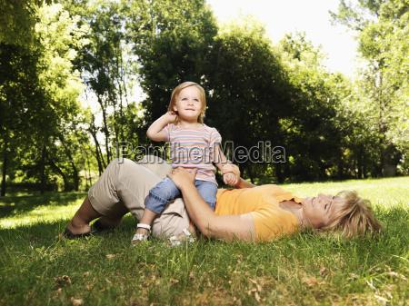 mutter und kind im park