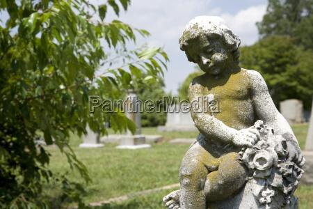 cherub statue auf dem friedhof