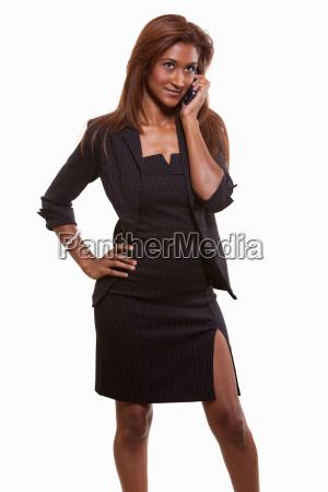attraktive zwanzigerjahre brunette indische geschaeftsfrau