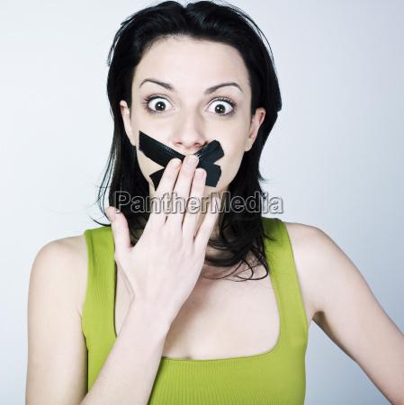 junge frau schweigen zu bringen