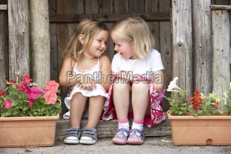zwei junge maedchen im hoelzernen haus