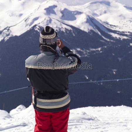 skifahrer mit blick auf die berge