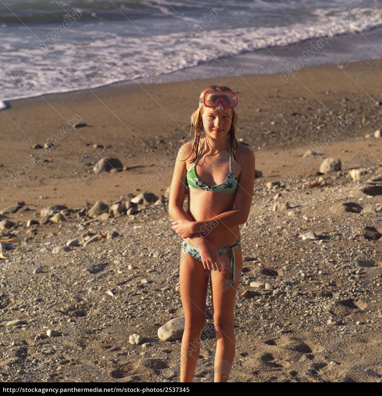 Teenager-Mädchen im Bikini am Strand in Costa Rica