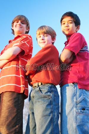 drei jungen stehenden armen mit einem