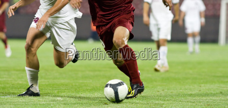 fussballspieler kaempfen um den ball