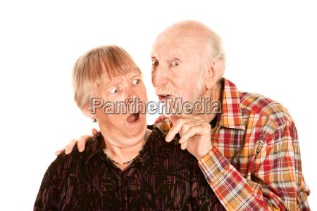 senior mann teilen informationen mit besorgten