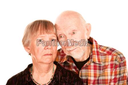 seniorenmann teilt informationen mit besorgter ehefrau