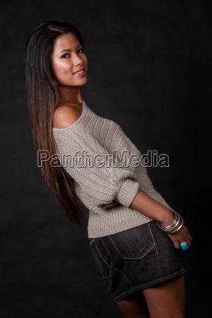 junge attraktive asiatische pazifische inselbewohnerfrau