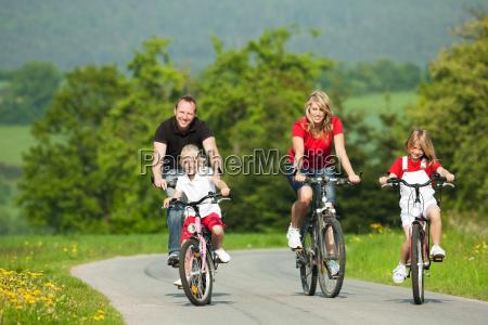 familie faehrt fahrrad