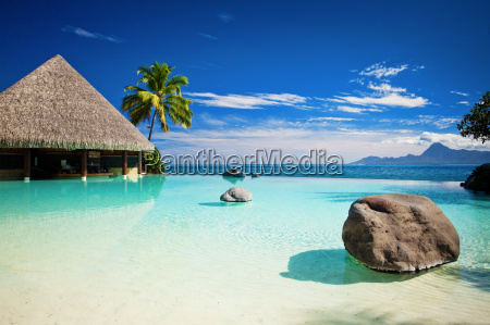 infinity pool med kunstig strand