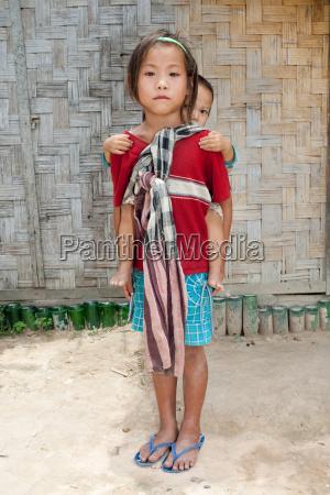 maedchen von laos mit baby