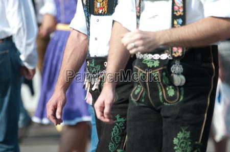 bayrische lederhosen auf dem oktoberfest