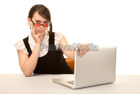 huebsche weibliche bueroangestellte mit laptop computer