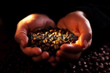 haende mit kaffee