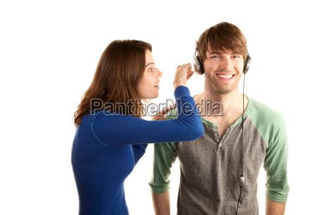 huebsche junge frau interupts mann mit