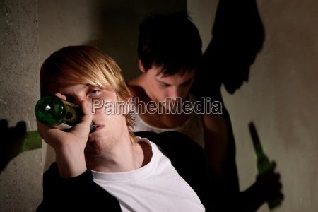 betrunkene junge maenner im flur mit