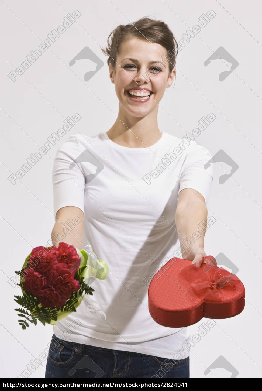 attraktive, junge, frau, die, rosen, und, süßigkeit - 2824041