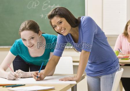 schüler, die, an, projekt, im, klassenzimmer, arbeiten - 2835767