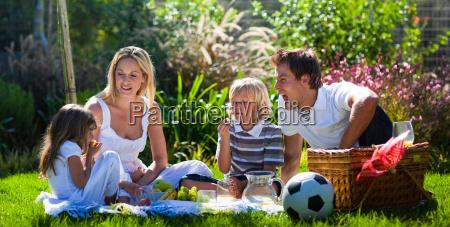 junge familie spass in einem picknick