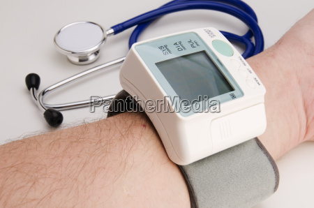 untersuchung blutdruck bluthochdruck arm medizin gesundheitslehre