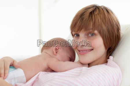 mutter die ihr neugeborenes baby
