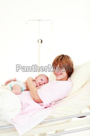 patienten mit neugeborenen baby im bett