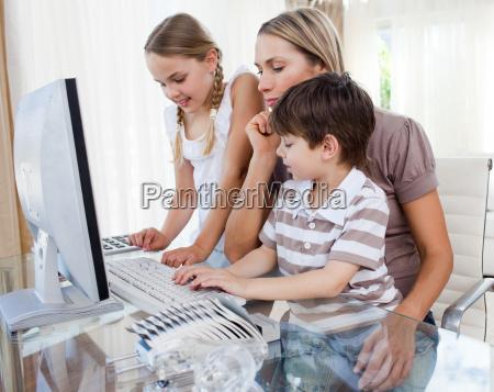 attraktive mutter lehrt ihre kinder wie