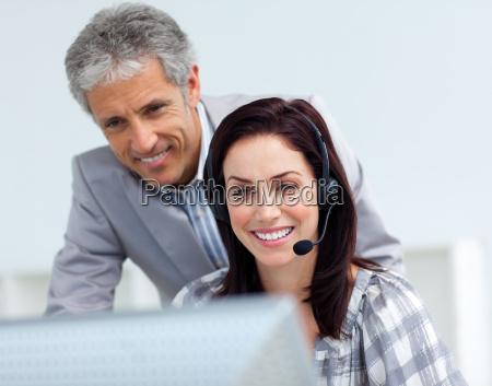 reifer manager ueberprueft die arbeit seines